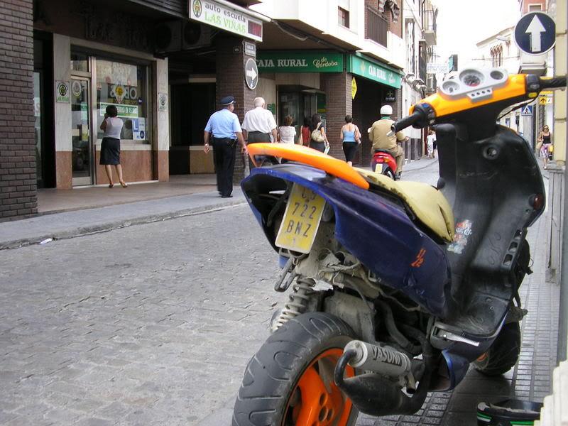 El guardia que se va silbando calle arriba