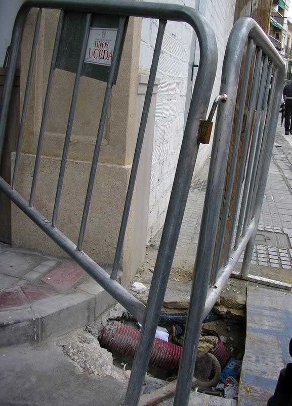 Hoyo en la Puerta de Aguilar. Acera frente al Ayuntamiento