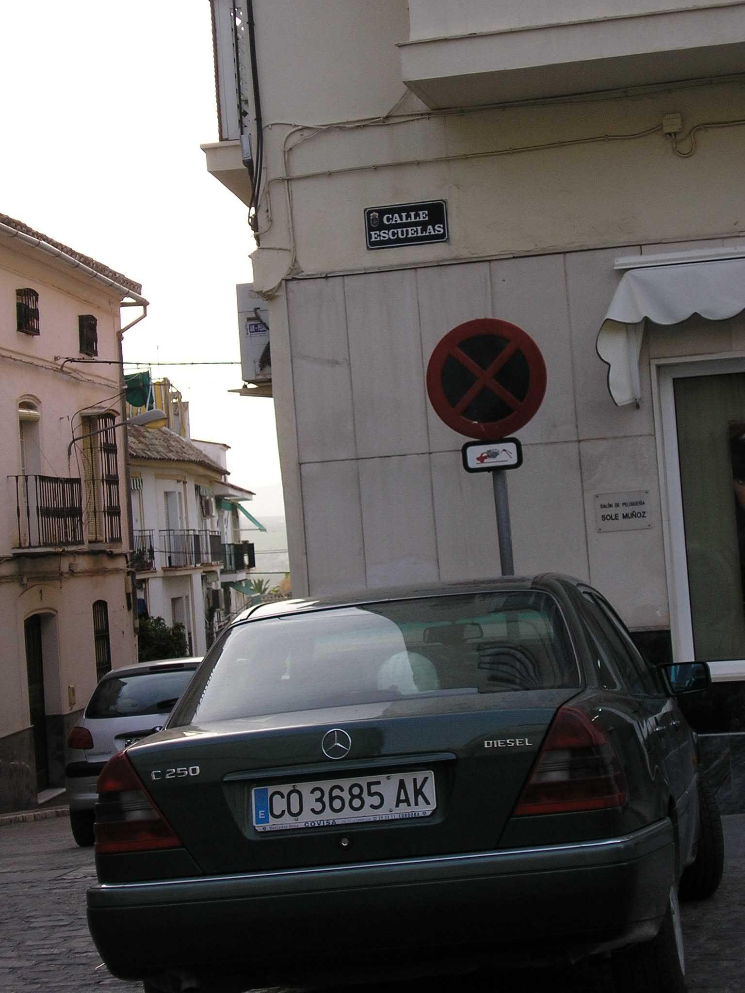 Mercedes en calle escuelas