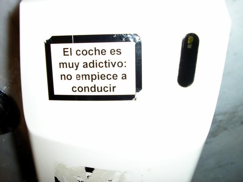 Pegatina que imita el mensaje de aviso en los paquetes de tabaco, tipo esquela y aviso mortal o casi mortal