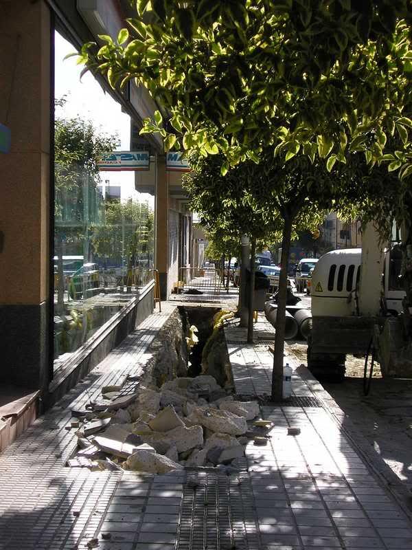 La zanja de la Avenida, esquina con Manolete es ahora más grande