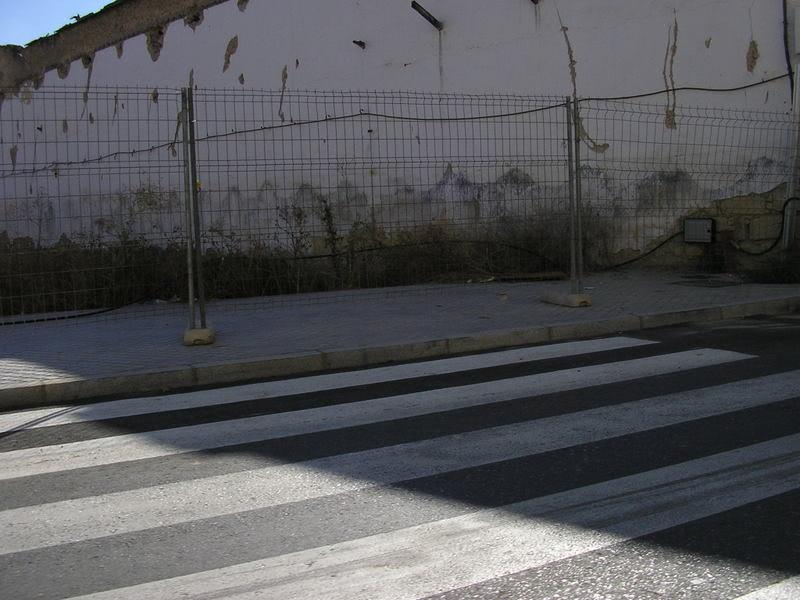 Paso de cebra si el rebaje de la acera pertinente en la Avenida de Boucau