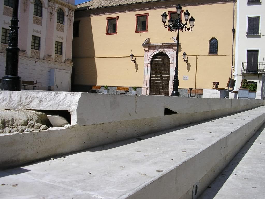 Escalón roto en la Plaza de la Rosa