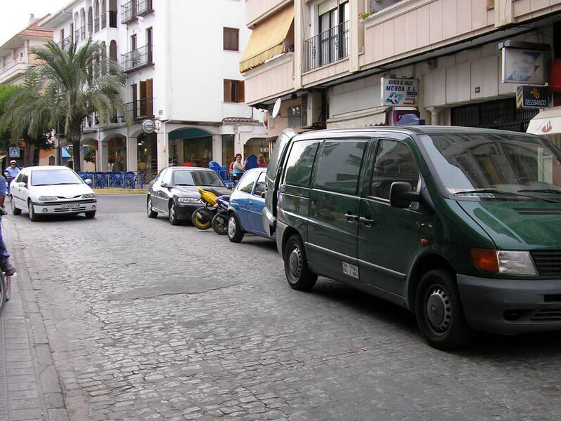 Una fugoneta, en doble fila en la Calle Puerta de Aguilar