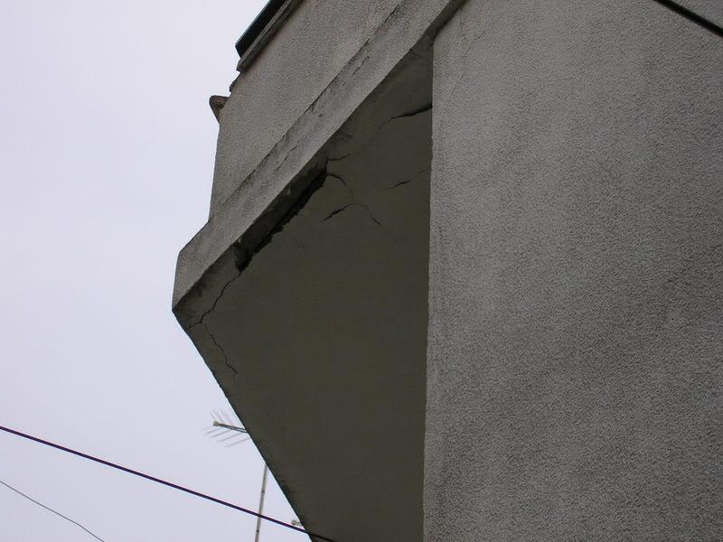 Balcón al que se le caen los trozos en el Bar el triángulo