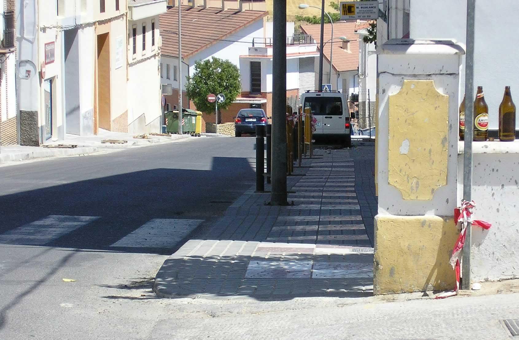 Avenida de Granada - La acera no está muy derecha que digamos