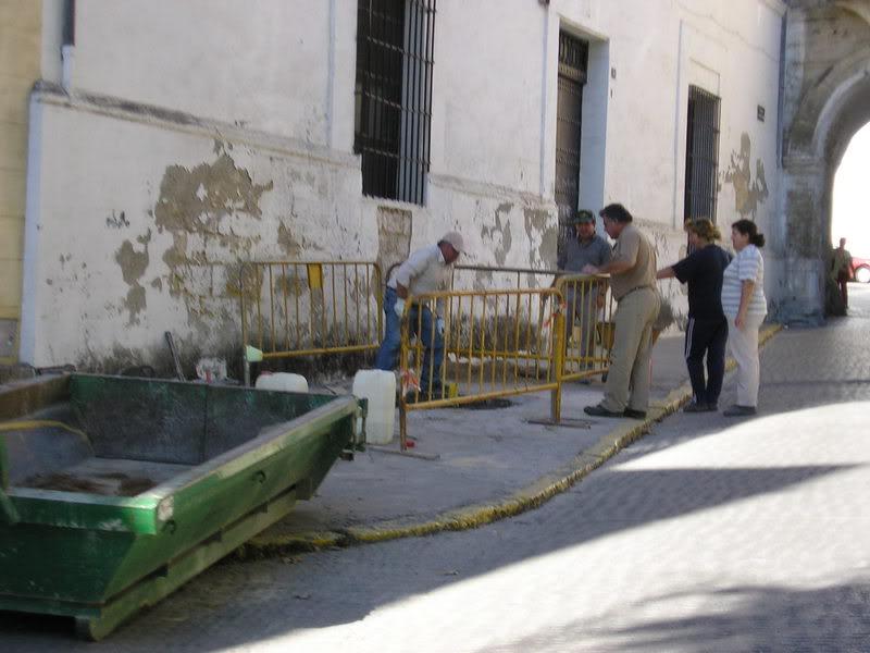 Personal de un plan de empleo arreglando el anclaje donde estaba la valla