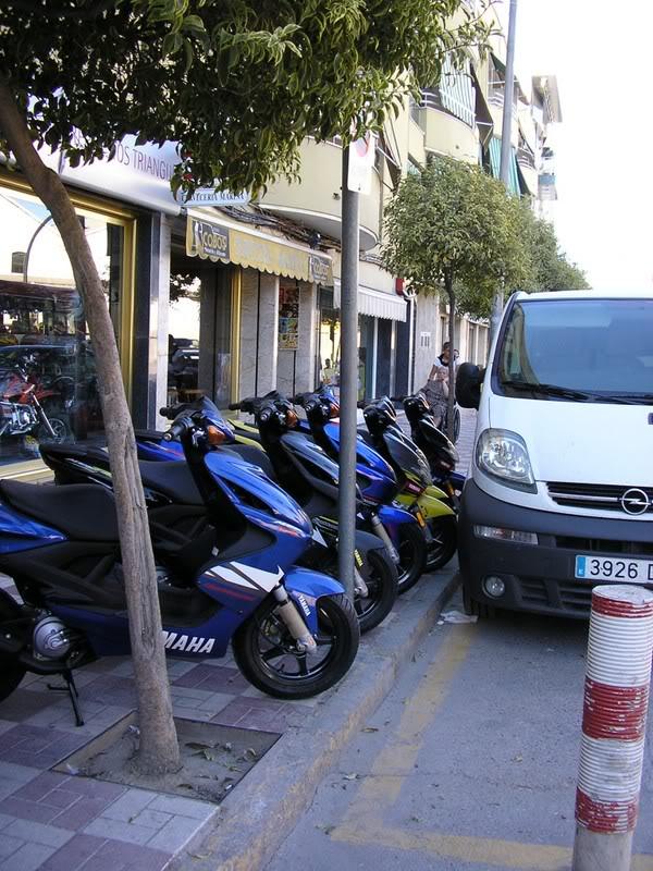 Acera Avenida, frente al paseo de los monos ocupada por la mercancia de la tienda de motos