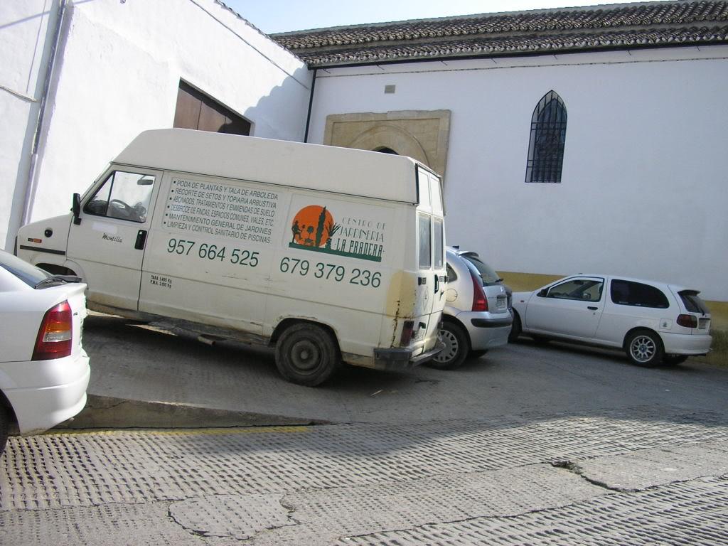 Coches aparcados en el entorno de la Iglesia de San Sebastián