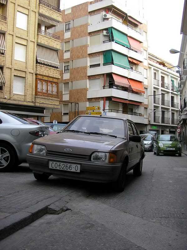 Coche encima de la miniacera de la calle Ballén, frente al Quijote.