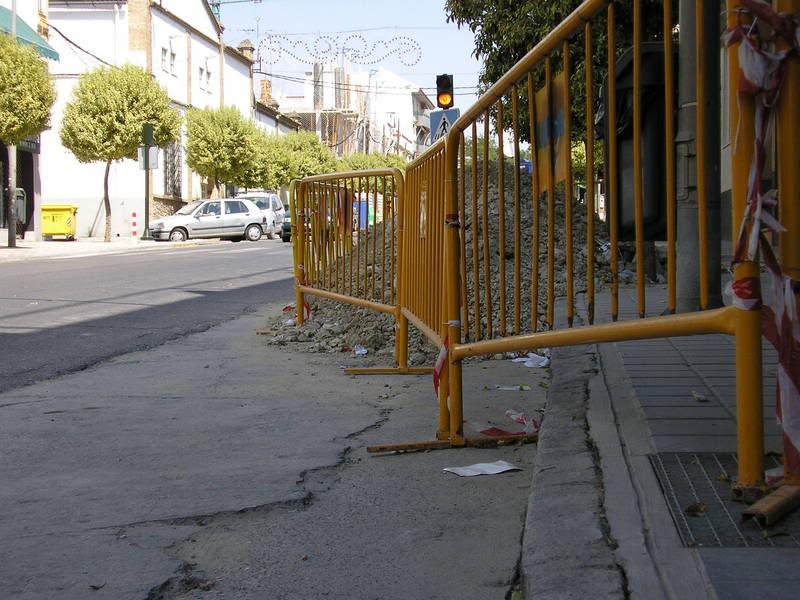 Vallas y agujero en la Avenida de Andalucía, frente al comercio de Cadena Master
