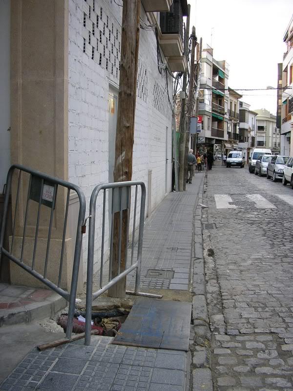 Puerta de Aguilar¡. Postes y hoyo frenbte al ayuntamiento