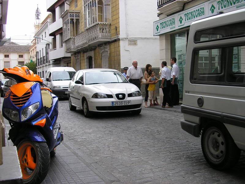 Moto encima de la acera en la Calle Puerta de Aguilar, esquina con Ballén