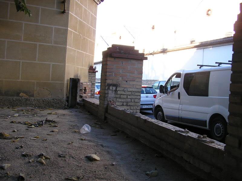 Parilla de ladrillo destruída en el Paseo de las Mercedes