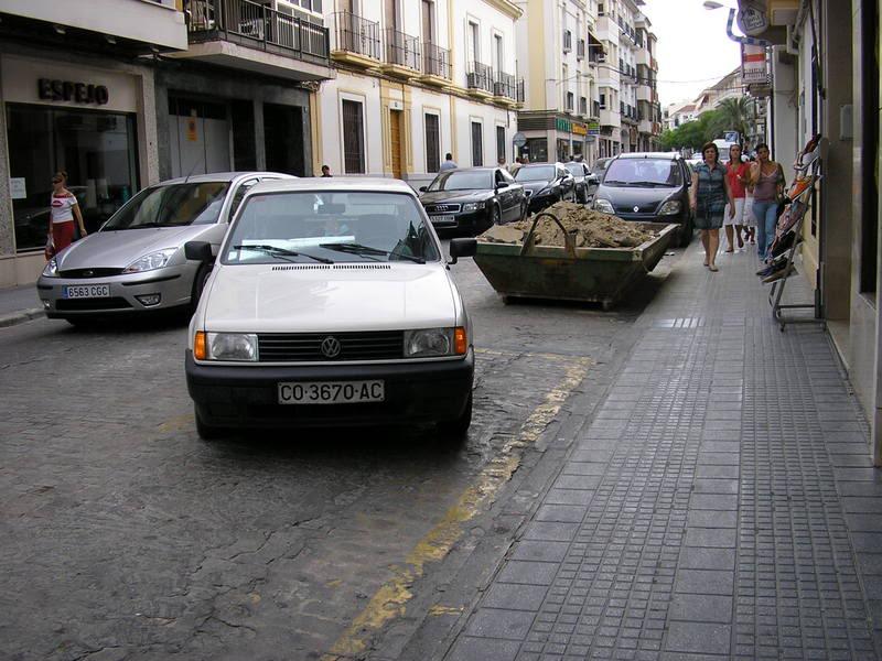 Coche en carga y descarga en la Calle Puerta de Aguilar