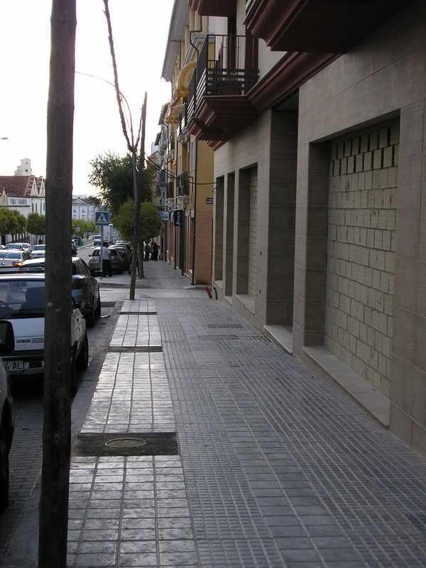 Postes ocupando la acera en la Avenida de Andalucía