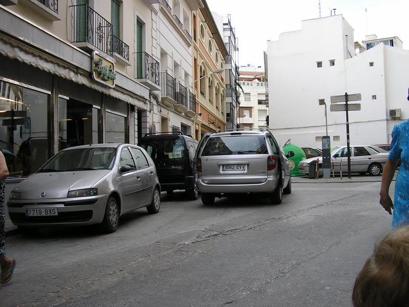 Furgoneta descargando en la Calle el Santo y Ballén. Son las 19:01