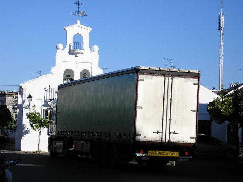 Camión aparcado en la plaza de la Merced
