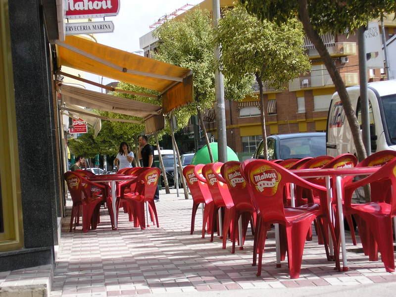 Terraza de bar en el trozo de acera de la Avenida frente al parque de los Monos