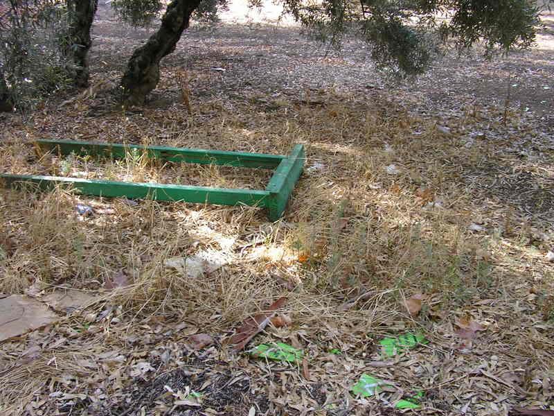 Cartel tirado en el parque de Tierno Galván