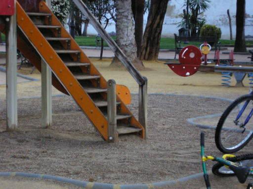 Tobogán sin barandilla en el paseo de cervantes
