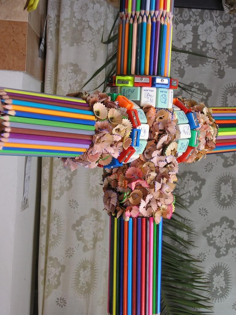 Cruz de lápices de colores